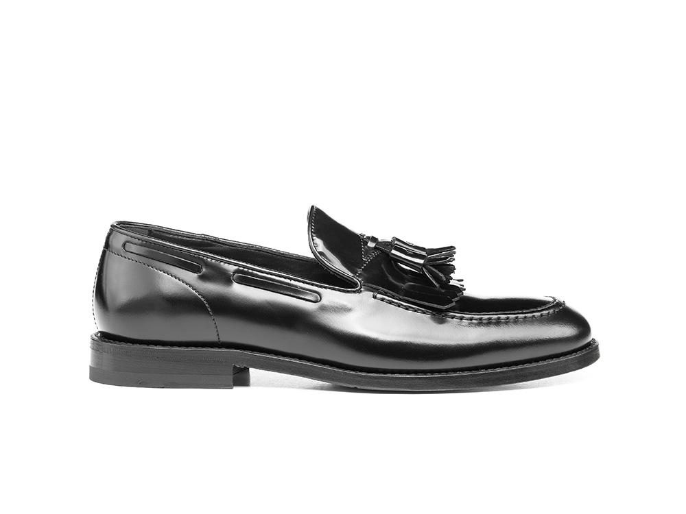 black shiny leather woman tassel loafer