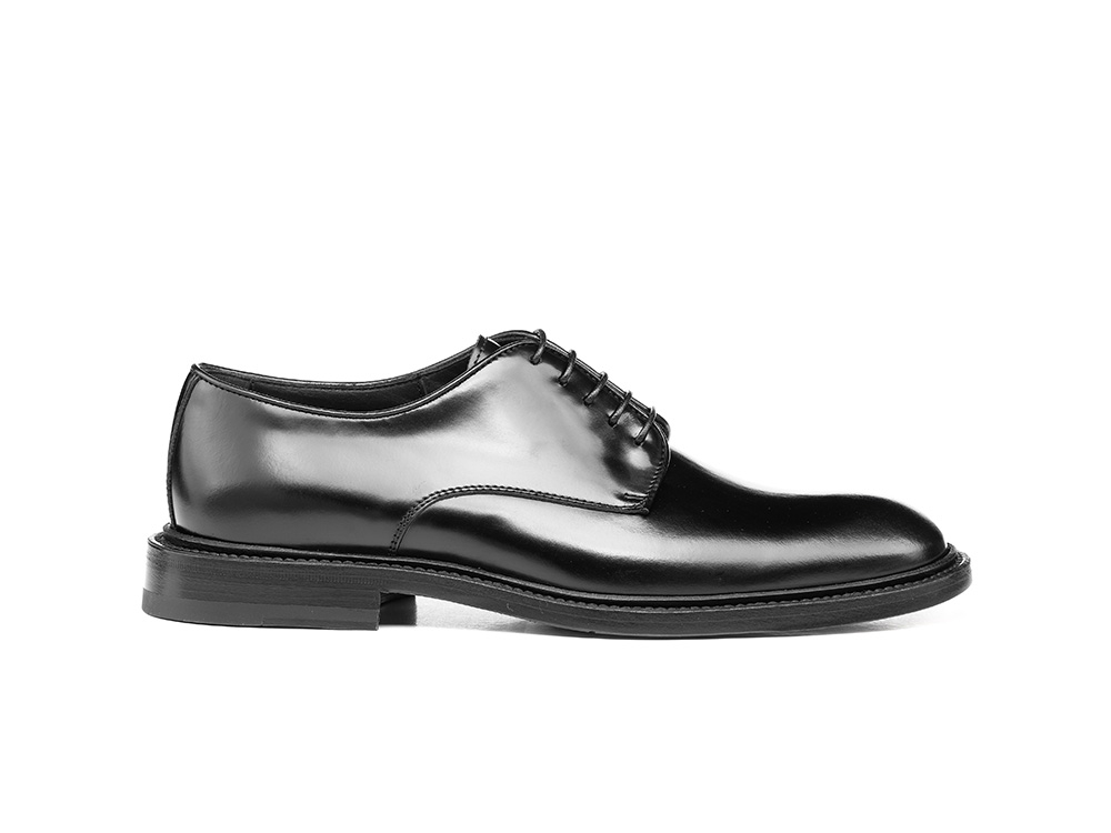black shiny woman derby shoes
